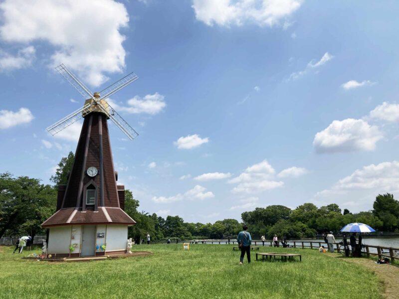 浮間公園の風車と浮間が池